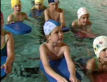 Schwimmbretter bei der Wassergewöhnung