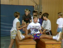 Sportverletzungen vermeiden: Vorbereitungsübungen beim Geräteturnen