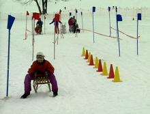 Sportverletzungen vermeiden: Bremsübung beim Rodeln