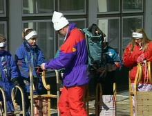 zur Sicherheit: Ausrüstungscheck beim Schlittenfahren