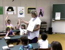 Lehrerin zeigt Bilder