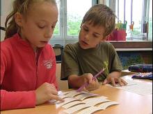 Schüler einer Kooperationsklasse bei der gemeinsamen Arbeit