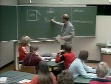 Lehrer schreibt an Tafel