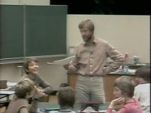 Lehrer spricht mit Schülern