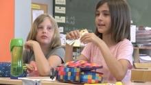 Mädchen mit Lernkarten