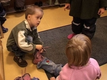 Kinder unterstützen sich im Alltag
